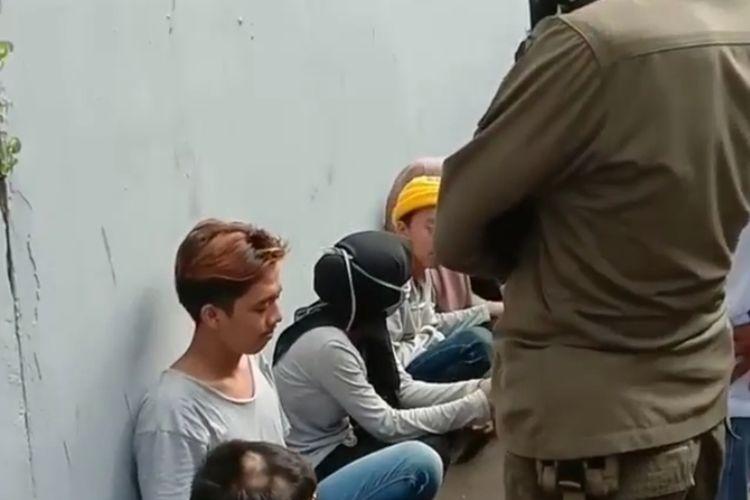 tangkapan layar dari video viral tengang pemuda yang diamankan lantaran berkerumun, Senin (13/4/2020)