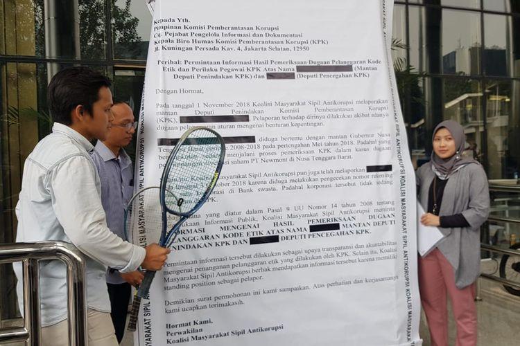 Surat raksasa dan raket tenis yang diserahkan ke KPK oleh ICW, sebagai bagian dari Koalisi Masyarakat Sipil, Senin (26/8/019) di Kantor KPK.
