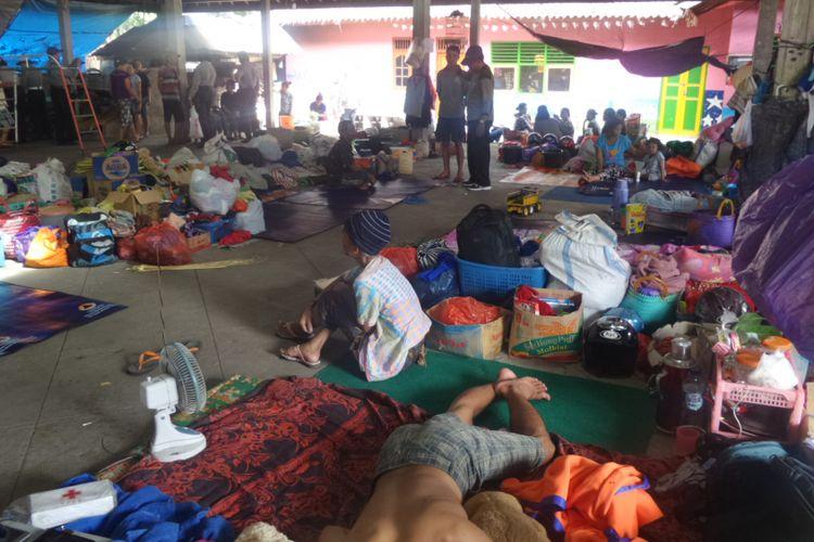 Salah satu posko pengungsian korban erupsi Gunung Agung di Banjar Adat Lan Dinas Tengading, Kecamatan Manggis, Kabupaten Karangasem, Bali.