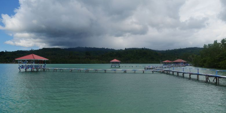 Fasilitas untuk wisatawan di Pulau Kucing yang merupakan salah satu obyek wisata di Desa Fukweu, Kecamatan Sanana Utara, Kepulauan Sula, Maluku Utara, Sabtu (14/4/2018).