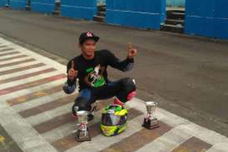 Pebalap Yamaha Yamalube NHK IRC Nissin NGK Bahtera, Syahrul Amin, memamerkan dua trofi dari Kejurnas Sport 150cc dan 250cc IRS 2016, di Sirkuit Sentul, Kabupaten Bogor, Minggu (6/11/2016).