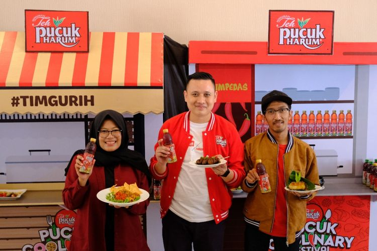 Marketing Manager RTD Tea & Juice, PT Mayora Indah Tbk., Erick Harijanto (tengah) bersama food blogger dari Malang.