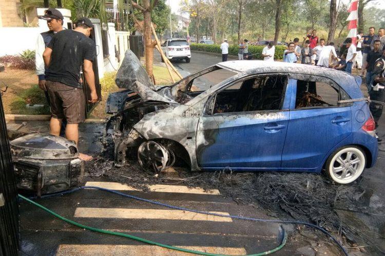 Mobil Honda Brio terbakar diduga disebabkan power bank yang terbakar