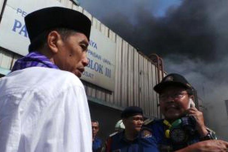 Gubernur DKI Jakarta Joko Widodo meninjau Pasar Senen, Jakarta Pusat, yang terbakar, Jumat (25/4/2014).