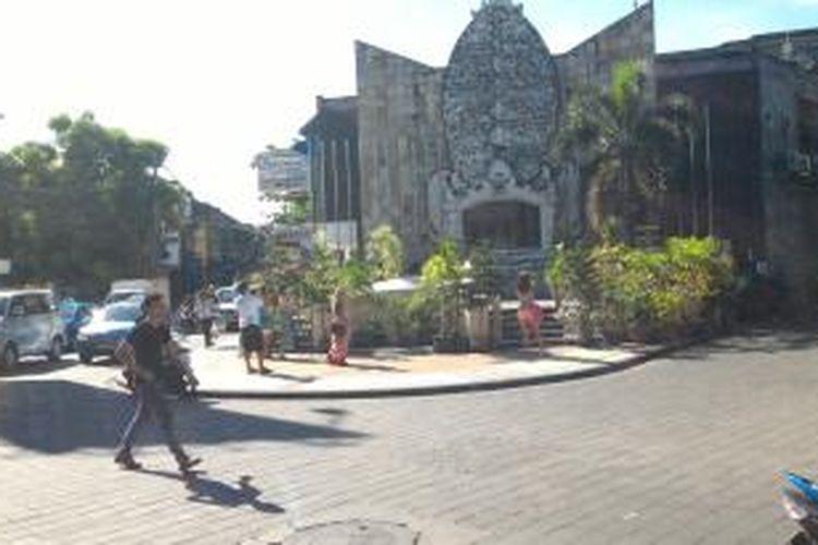 Monumen Bom Bali Jalan Legian,salah satu tempat yang sering dikunjungi wisatawan baik asing maupun domestik.
