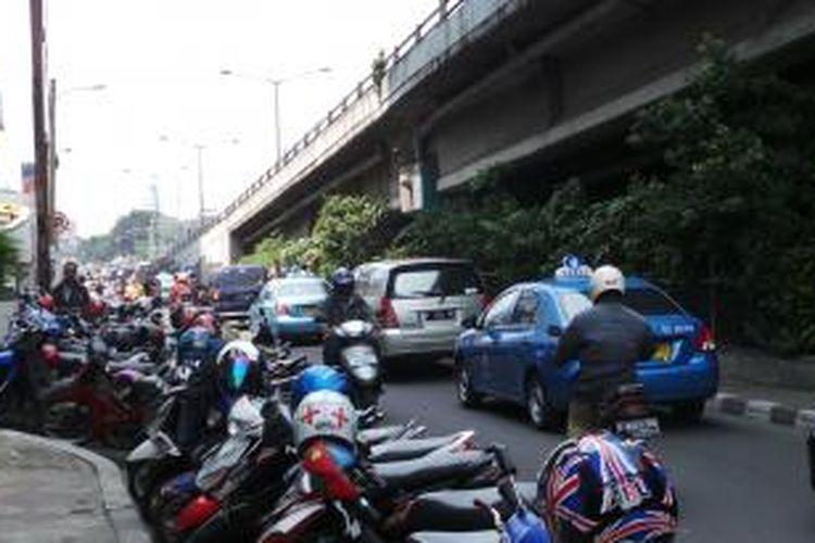 Parkir liar di pinggir Jalan Brigjen Katamso Dharmokusumo, Slipi, Jakarta Barat, Jumat (2/8/2013). Parkir liar itu menyebabkan kemacetan yang mengular di sepanjang kawasan Slipi.