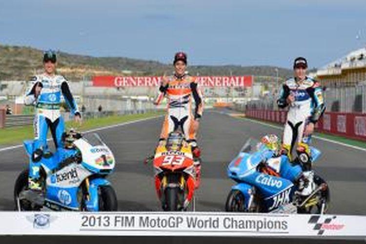 Juara Dunia MotoGP 2013 dari tim Repsol Honda, Marc Marquez (tangah) berpose bersama Juara Dunia Moto2 2013, Pol Espargaro (kiri)  dan Juara Dunia Moto2 2013, Maverick Vinales, setelah seri terakhir musim 2013 di Sirkuit Valencia, Spanyol, 10 Novermber 2013. Ketiga pebalap berasal dari Spanyol.