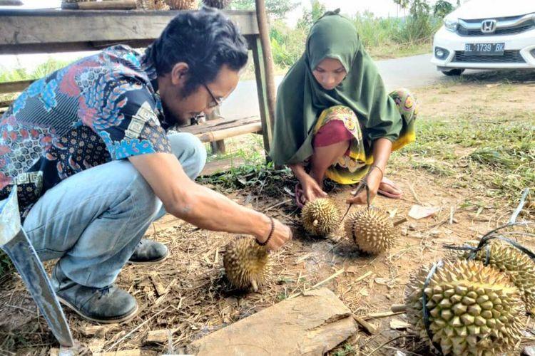 Pedagang durian di Krueng Tuan, Kecamatan Nisam, Aceh Utara