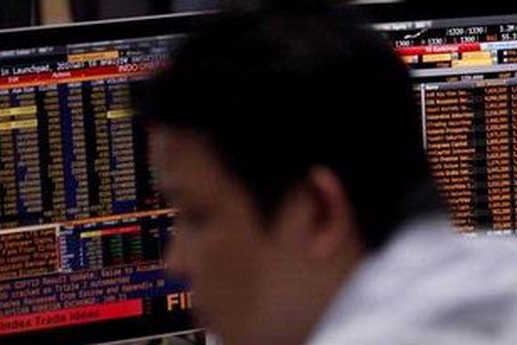 Karyawan memantau perkembangan indeks harga saham gabungan (IHSG) di Galeri Mandiri Sekuritas di Jakarta, beberapa waktu lalu.