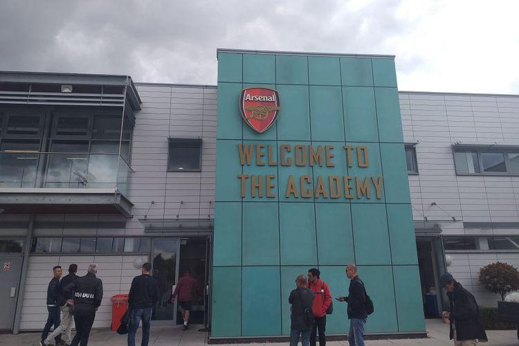 Bagian depan Akademi Sepak Bola Arsenal di London, Inggris.