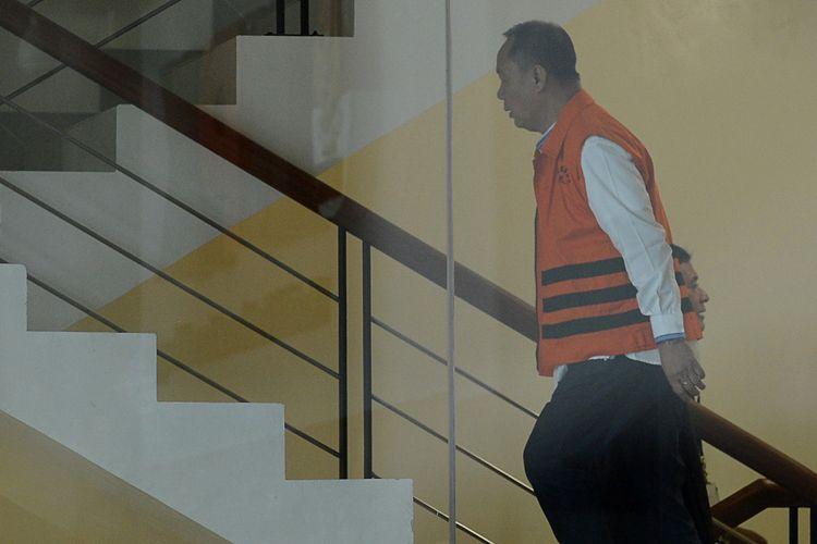 Mantan Kepala Badan Penyehatan Perbankan Nasional (BPPN), Syafruddin Arsyad Temenggung bersiap menjalani pemeriksaan di gedung KPK Jakarta, Rabu (27/12). Syafruddin Arsyad menjalani pemeriksaan perdana terkait kasus dugaan korupsi pemberian surat keterangan lunas (SKL) kepada pemegang saham pengendali Bank Dagang Negara Indonesia (BDNI) tahun 2004 sehubungan dengan pemenuhan kewajiban penyerahan aset oleh obligor Bantuan Likuiditas Bank Indonesia (BLBI) kepada BPPN. ANTARA FOTO/Wahyu Putro A/Spt/17