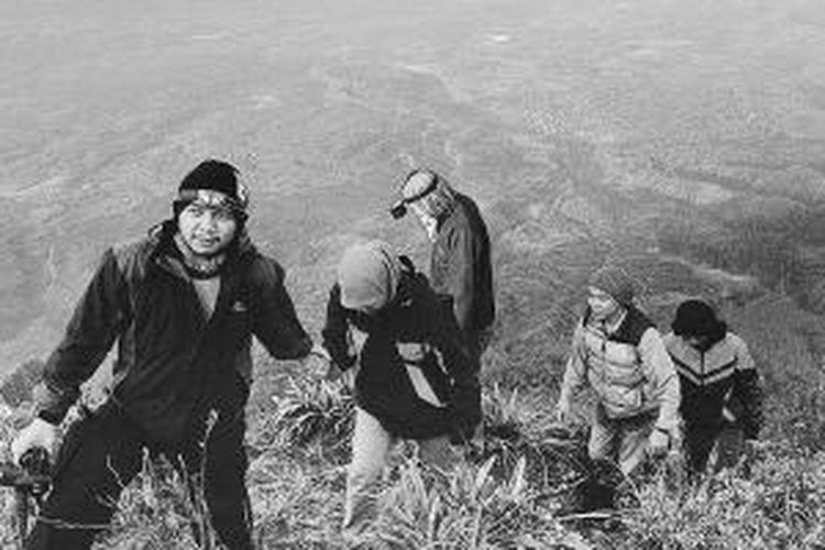 Momen tahun baru 2014 dimanfaatkan sejumlah pencinta alam mendaki Gunung Burni Telong di Bener Meriah, Aceh, Rabu (1/1/2014). Gunung Burni Telong merupakan gunung api aktif tertinggi di Aceh. Selain itu, gunung ini juga menjadi puncak tertinggi Dataran Tinggi Gayo.