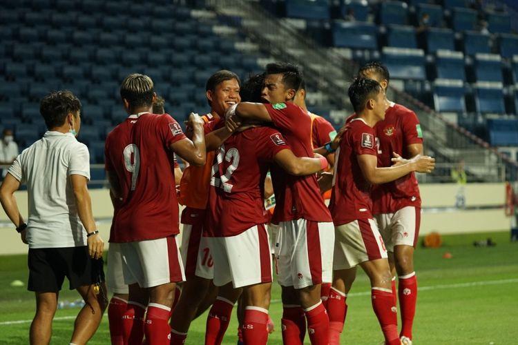 Skuad timnas Indonesia merayakan gol ke gawang Thailand pada laga lanjutan Kualifikasi Piala Dunia 2022 Zona Asia di Stadion Al Maktoum, UEA, Kamis (3/6/2021) malam WIB.