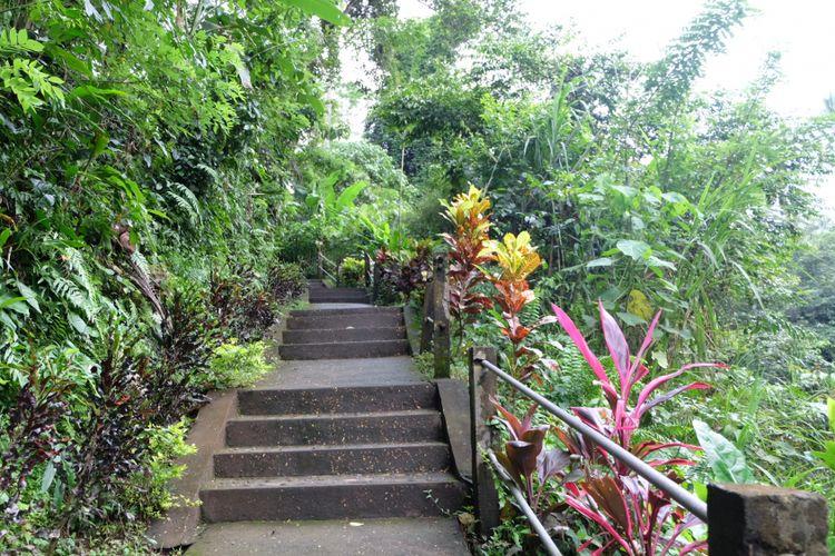 Akses tangga ke Air Terjun Tibumana di Desa Apuan, Bangli, Bali.