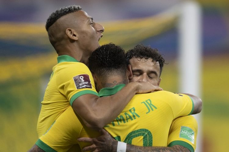 Para pemain Brasil, Richarlison (kiri), Neymar (tengah), dan Philippe Coutinho (kanan) merayakan gol ke gawang Bolivia, Sabtu (10/10/2020).