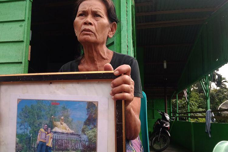 Foto: Ibu Jonatan Sihotang, Meslina Nainggolan di kediamannya Jalan Damar Laut, Kecamatan Siantar Utara Kota Pematangsiantar, Senin (6/7/2020).
