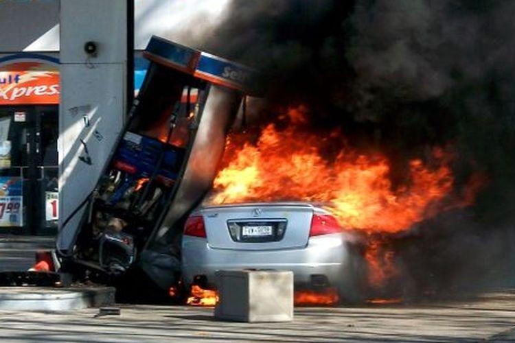 Ilustrasi mobil terbakar saat isi bensin