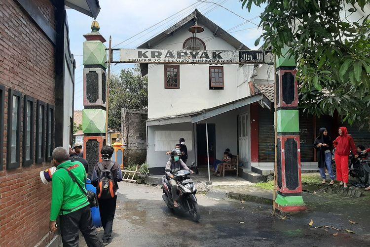 Gapura Dusun Krapyak III, Desa Triharjo, Kecamatan Sleman yang dipasang penyemprot disinfektan otomatis karya karang taruna AMKA 20.