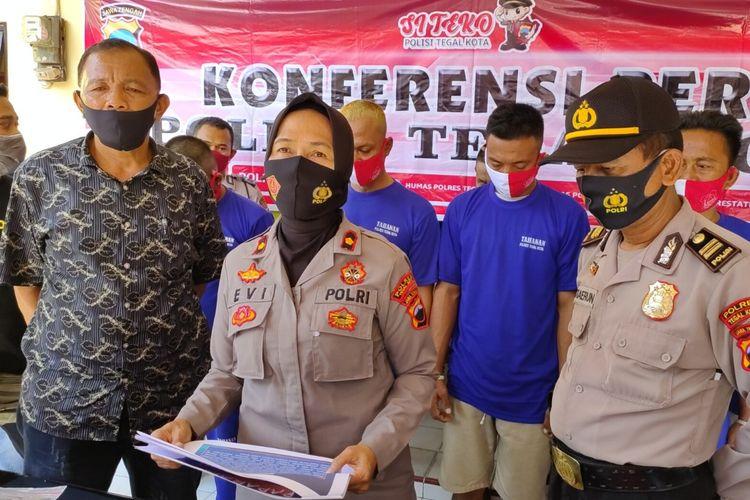 Kapolsek Tegal Barat Kompol Evi Wijayatni memberikan keterangan pers terkait aksi pengeroyokan oleh sembilan nelayan yang mengakibatkan korban tewas, di Mapolsek Tegal Barat, Kamis (27/8/2020)