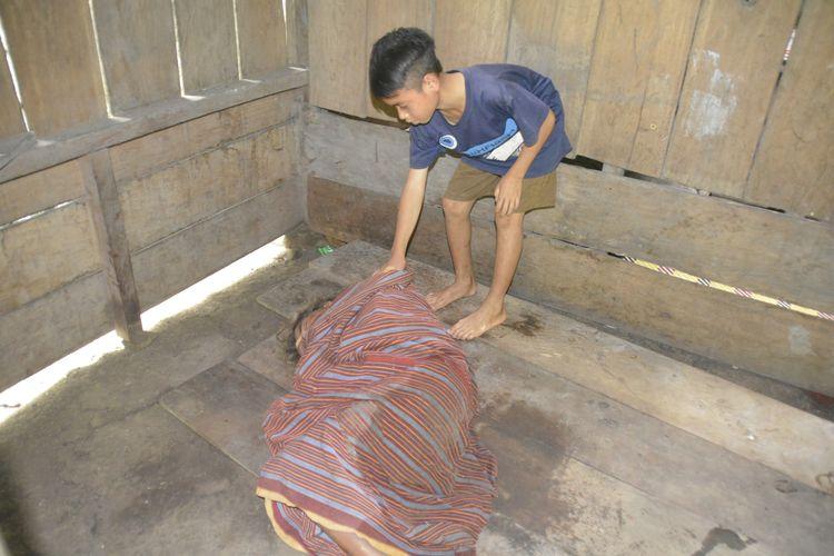 Risalianus Aja (12), bocah kelas VI SDI Sopang Rajo, Kampung Kota Tunda, Desa Nanga Meje, Kecamatan Elar Selatan, Manggarai Timur, Nusa Tenggara Timur, begitu setia merawat ayah dan ibunya yang mengalami lumpuh.