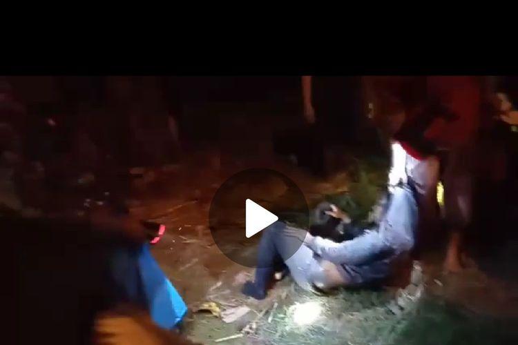 Tiga pencuri jeruk di Desa Paleran Kecamatan Umbulsari Jember saat diamankan oleh warga