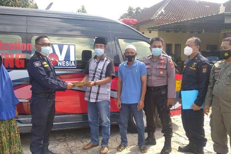 Biddokes Polda Lampung menyerahkan hasil tes DNA kepada keluarga terduga Ajun Brigadir Asep di Kecamatan Natar, Lampung Selatan.