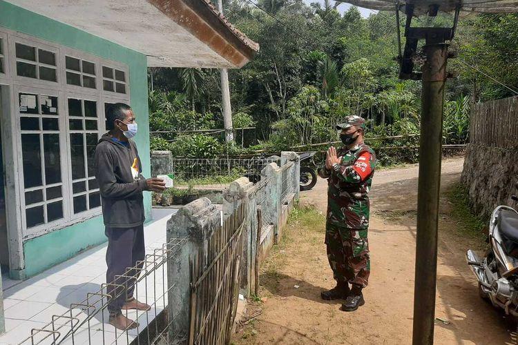 Foto-foto Para Babinsa menyerahkan obat gratis isoman di wilayah Kota dan Kabupaten Tasikmalaya sejak pekan lalu.
