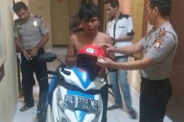 AD (34) tengah diamankan di Mapolsek Bontomarannu setelah berhasil dievakuasi dari amukan mahasiswa lantaran mencuri helm di kampus Teknik Universitas Hasanuddin Kabupaten Gowa, Sulawesi Selatan. Rabu, (7/6/2017).