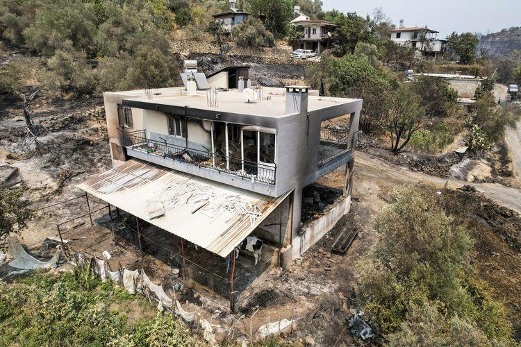 Foto dari udara menunjukkan dampak kehancuran dari kebakaran hutan Turki di Manavgat, Antalya, Jumat (30/7/2021). Kebakaran di Turki selatan ini menewaskan empat orang, dan menghanguskan rumah-rumah serta tempat wisata. Warga setempat serta turis dievakuasi.