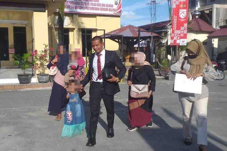 SA (19) dan anaknya, E (4) didampingi kuasa hukumnya, Taufik Tanjung usai membuat laporan di Polsek Tampan atas kasus dugaan KDRT yang dilakukan suaminya, di Kota Pekanbaru, Riau, Selasa (18/8/2020) sore.