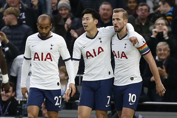 Striker Tottenham Hotspur Harry Kane (kanan) merayakan gol dengan Son Heung-Min dan gelandang Lucas Moura (kiri) setelah mencetak gol pembuka laga antara Tottenham Hotspur vs Burnley di Tottenham Hotspur Stadium di London, pada 7 Desember 2019.
