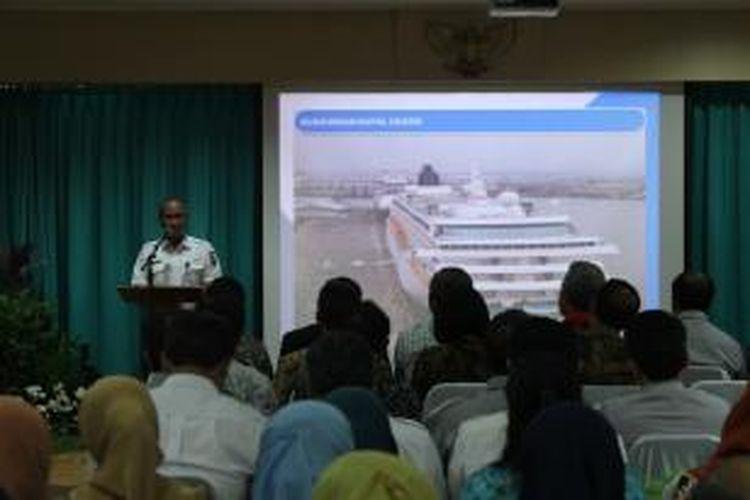 Direktur Pelindo III Djarwo Surjanto memberikan penjelasan terkait kesiapan lahan pengaktifan kembali jalur KA, Jum'at (21/3/2014). Pengaktifan diharapkan bisa menambah kunjungan wisata di Jawa Tengah