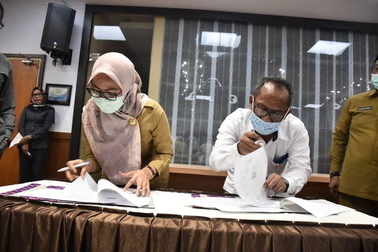 Bupati Luwu Utara, Indah Putri Indriani (IDP) saat menandatangani naskah hibah tanah milik Pemerintah Daerah Luwu Utara untuk pembangunan Pabrik Beras Modern atau MRMP, Senin (7/12/2020).