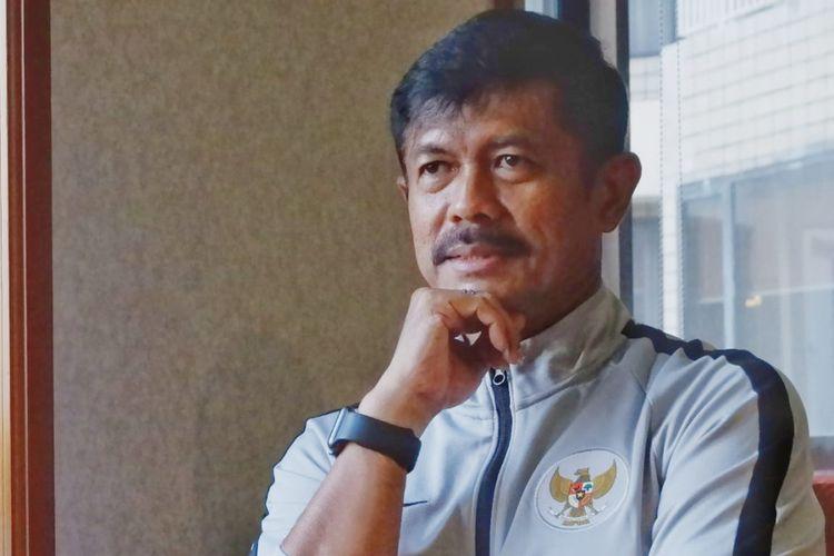 Ekspresi pelatih tim nasional U-23 Indonesia, Indra Sjafri, dalam wawancara eksklusif dengan Kompas.com di Jakarta, Selasa (5/3/2019).