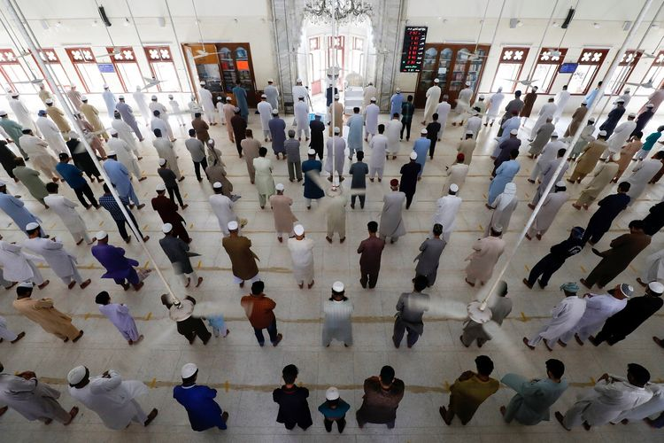 Jemaah menjaga jarak aman saat melakukan shalat Jumat di Karachi, Pakistan. Pemerintah menerapkan batasan shalat berjemaah dan menyerukan warga untuk tetap di rumah, dalam rangka menahan penyebaran virus corona. Foto diambil pada 17 April 2020.