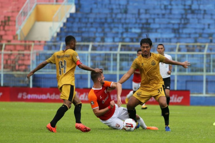 Striker Borneo FC Amer Bekic (tengah) diapit oleh dua bek Bhayangkara Solo FC Ruben Sanadi dan Jajang Mulyana pada laga perdana Grup B Piala Menpora di Stadion Kanjuruhan, Malang, Senin (22/3/2021).
