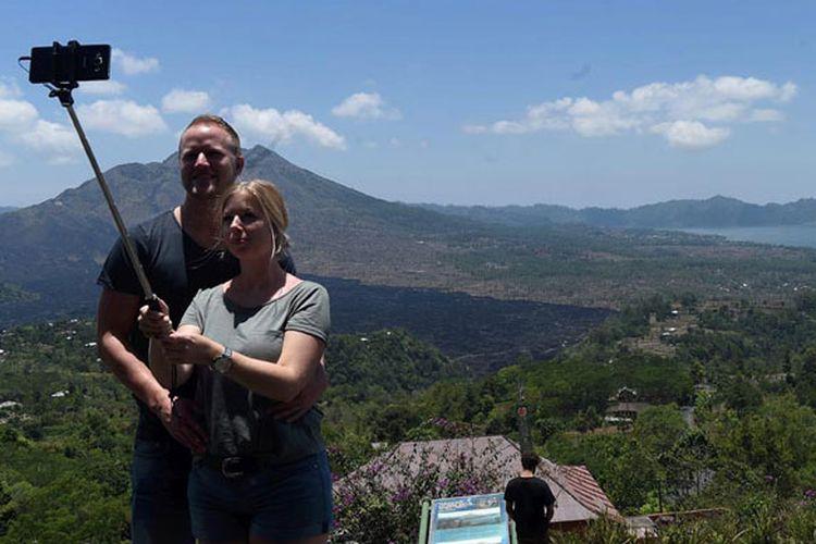 Wisatawan menikmati keindahan kawasan wisata Geopark Gunung Batur di Kecamatan Kintamani, Kabupaten Bangli, Bali, Rabu (4/10/2017). Banyak wisatawan yang berkunjung ke kawasan tersebut merupakan wisatawan yang mengurungkan niatnya ke Gunung Agung di Karangasem.