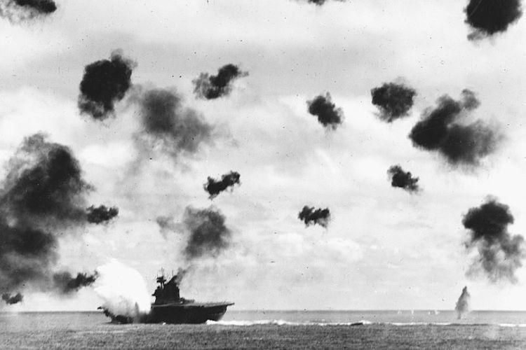 USS Yorktown terkena tembakan torpedo pesawat tempur Jepang dalam pertempuran Midway pada 4 Juni 1942.
