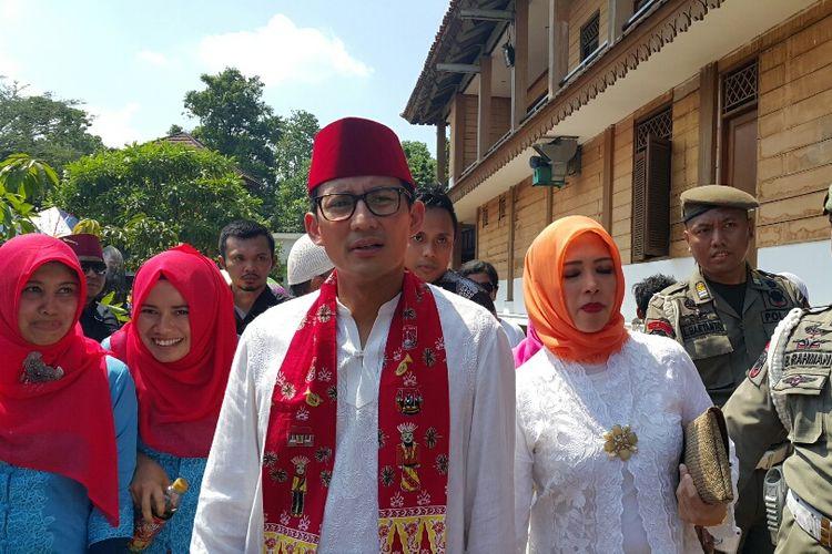 Wakil gubernur terpilih DKI Jakarta Sandiaga Uno bersama sang istri, Nur Asia, saat berkunjung ke acara Lebaran Betawi yang digelar di Perkampungan Budaya Betawi (PBB) Setu Babakan, Jagakarsa, Jakarta Selatan, Minggu (30/7/2017).