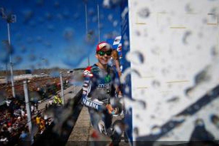 Pebalap Movistar Yamaha asal Spanyol, Jorge Lorenzo, menyemprotkan champagne setelah meraih tofi di podium Sirkuit Misano pada balapan GP San Marino, Minggu (14/9/2014). Lorenzo finis kedua.