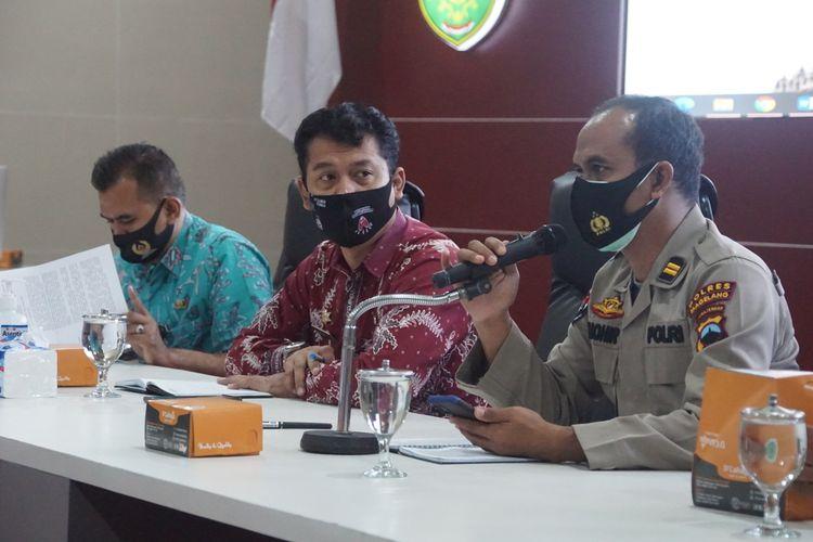 Jubir Satgas Penanganan Covid-19 Kabupaten Magelang Nanda Cahyadi Pribadi (tengah) saat jumpa pers di Command Center komplek kantor Pemkab Magelang, Jumat (11/12/2020).