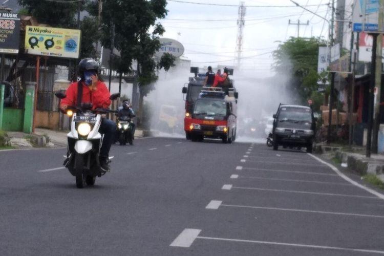 Kendaraan water canon Polres Tasikmalaya Kota rutin menyemprotkan cairan disinfektan ke sejumlah wilayah jalan protokol Kota Tasikmalaya, Jumat (27/3/2020).