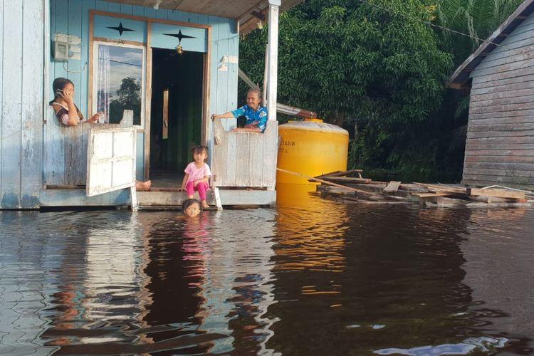 Sejumlah rumah panggung milik masyarakat Sembakung terdampak banjir. Ketinggian air sungai mencapai 4 meter dan diperkirakan terus naik seiring hujan yang terus mengguyur Sembakung dan Malaysia.