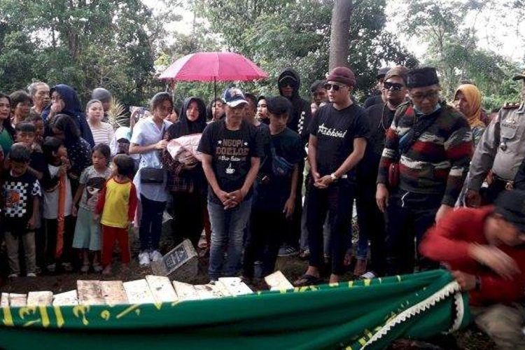 Pemakaman ulang mendiang Lina Jubaedah, mantan istri Sule, di TPU Nagrog, Ujungberung, Kota Bamdung, Kamis (9/1/2020).