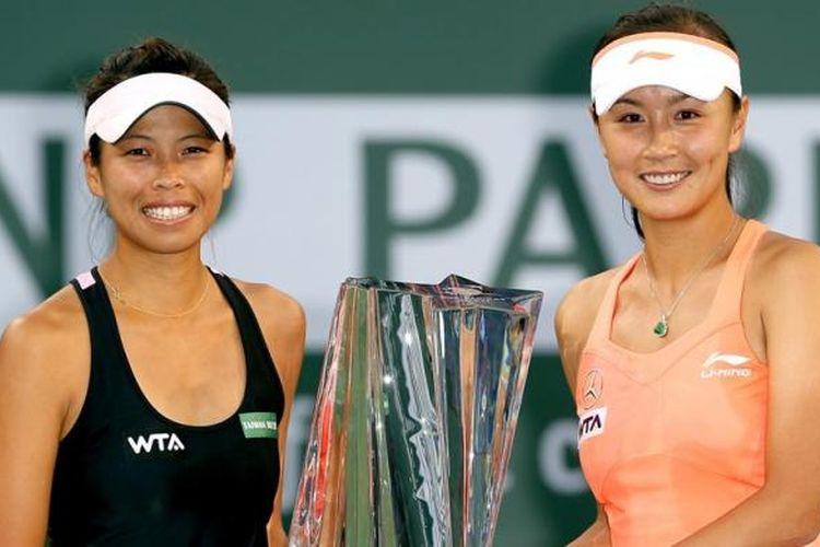 Ganda putri Hsieh Su-wei (Taiwan) (kiri)/Peng Shuai (China) berpose bersama trofi juara setelah memenangi laga final BNP Paribas Open melawan Cara Black (Zimbabwe)/Sania Mirza (India) di Indian Wells, Sabtu (15/3/2014). Hsieh/Peng menang 7-6(5), 6-2.