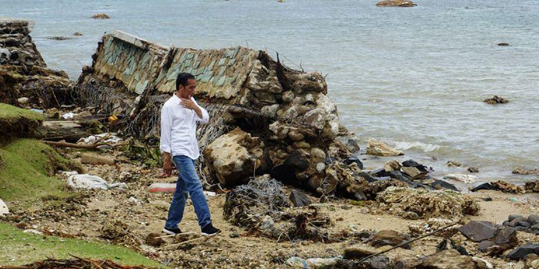 Presiden Joko Widodo mengunjungi Hotel Mutiara Carita yang rusak akibat tsunami di Kabupaten Pandeglang, Banten, Senin (24/12/2018). Presiden meninjau lokasi terdampak tsunami, menemui korban luka serta pengungsi di Kecamatan Labuan.