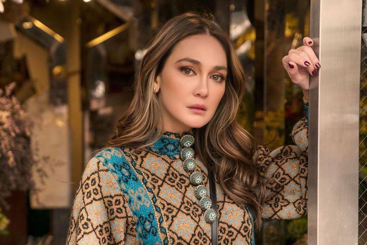 Model dan aktris Luna Maya mengenakan busana dari koleksi Spring/Summer 2020 Gucci.