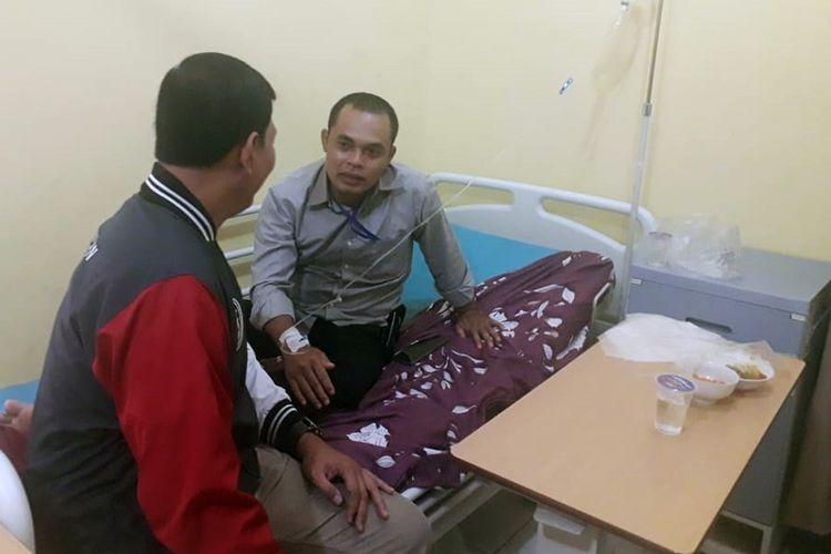 Kabid Humas Polda Lampung Kombes Zahwani Pandra Arsyad mengunjungi polisi salah satu peserta pelatihan yang keracunan usai sarapan pagi di SPN Kemiling, Bandar Lampung, Rabu (5/2/2020). Sebanyak 80 orang keracunan makanan usai sarapan pagi di sekolah polisi itu.