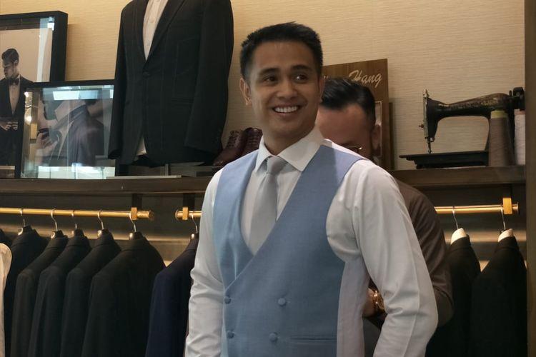 Ajun Perwira saat fitting baju pengantin di Wong Hang Tailor, Grand Indonesia, Thamrin, Jakarta Pusat, Sabtu (20/4/2019).