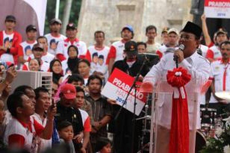 Simpatisan mengambil gambar calon Presiden Prabowo Subianto dengan telepon genggamnya saat Prabowo menyampaikan orasinya dalam kampanye di Tugu Proklamasi, Jakarta, Selasa (10/6/2014). Dalam kampanye tersebut massa dari Sahabat ARB dan MPS mendeklarasikan dukungannya kepada pasangan Prabowo-Hatta dalam Pilpres 9 Juli mendatang.